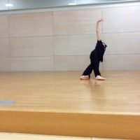 コンテンポラリーダンス フロアーワークの一部です。
