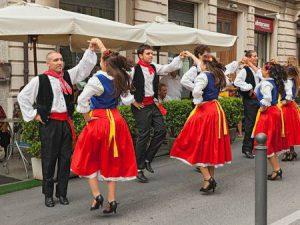 43535158-フォーク-ダンス-・-アンサンブル「グルッポ-・-folkloristico-・-canterini-・-ロマニョーリ」2015-年-8-月-2-日-russi、ラヴェンナ、イタリアでは、国際民俗